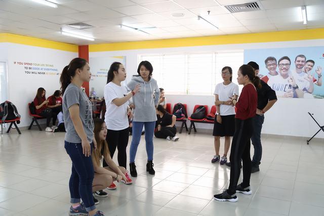 Biên đạo, dancer Huỳnh Mến truyền đạt nhiều kinh nghiệm giá trị,  giúp các bạn của 2 nhóm nhảy lựa chọn được bài thi phù hợp nhất với phong cách của các thành viên